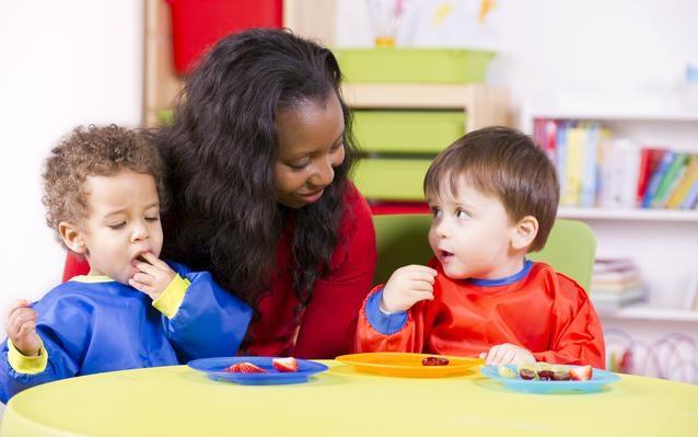 nounou-garder-enfants-aide-domicile-mainbg